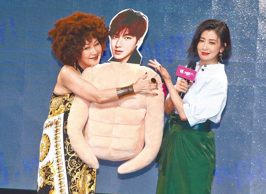 賈靜雯(右)昨送給比莉她最愛的李敏鎬猛男抱枕。(粘耿豪攝)