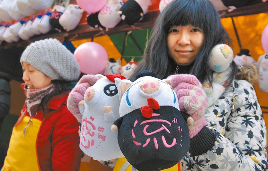 豬流感卡通娃娃玩具引人注目。(中新社資料照片)