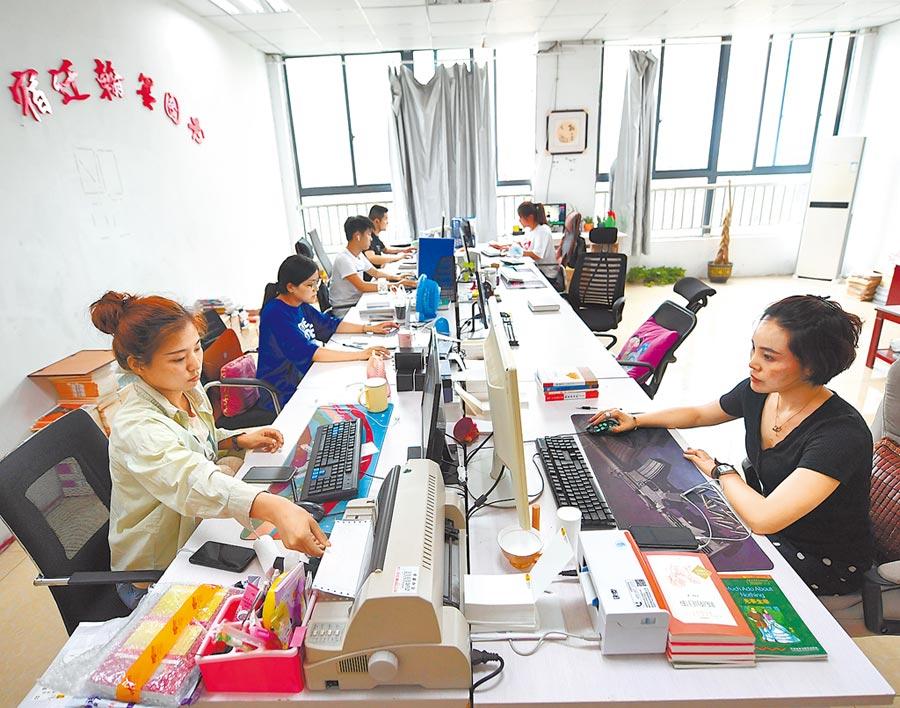 台商應趁疫情期間,積極學習線上管理與數位技術。圖為江蘇一家書店,網店客服人員在忙碌。(新華社)