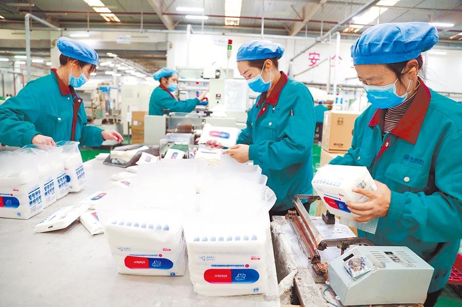 大陸台商復工率約在7成以上,研判並未因疫情轉移到東南亞。圖為上海一台企廠工人在生產線工作。(中新社)