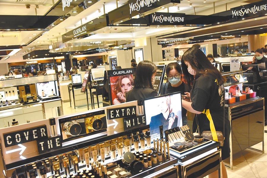 全球實際經濟、金融面的表現並沒有股市面來得漂亮。圖為香港銅鑼灣一化妝品商場。(中新社)