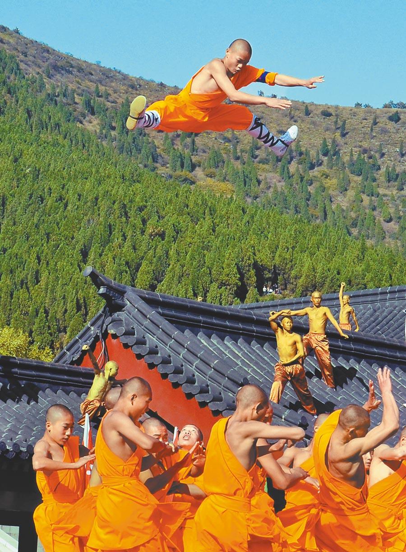 「少林小子」在為遊客表演少林功夫。(新華社資料照片)