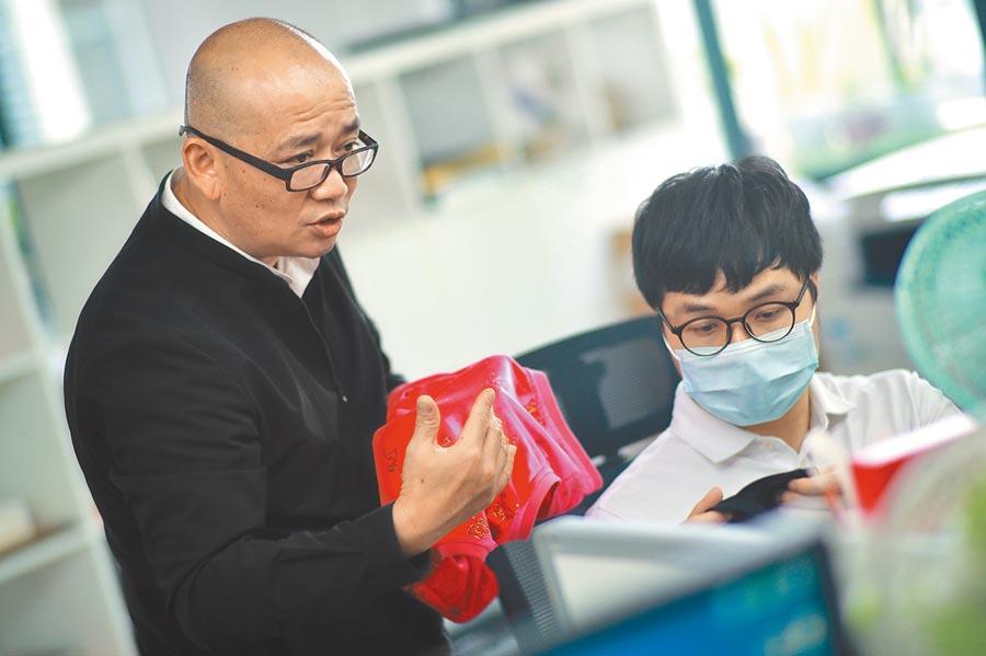 廣州台商與員工討論產品樣式。(新華社資料照片)