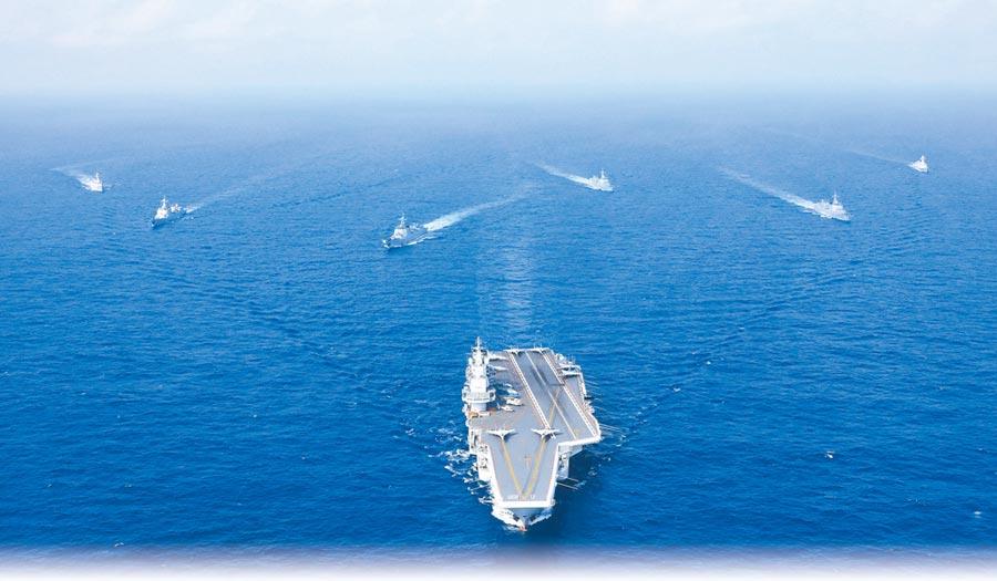 2018年4月執行遠海訓練任務的遼寧艦航母編隊。(中新社)