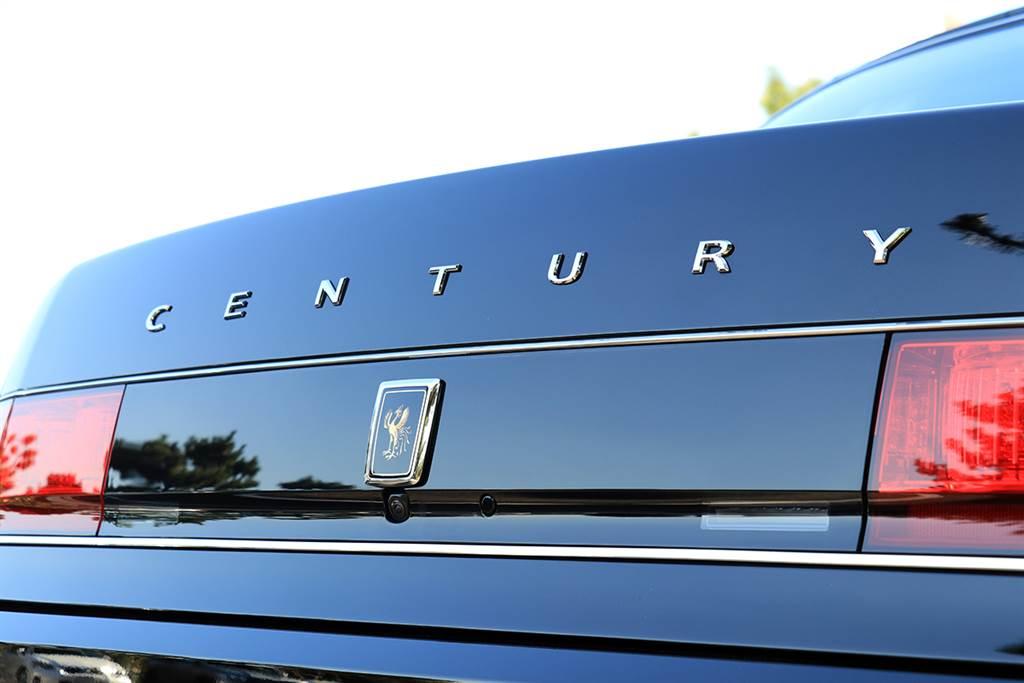 基本上 Century 的產品形象已經超過 TOYOTA 本身,因此全車你完全找不到牛頭標。