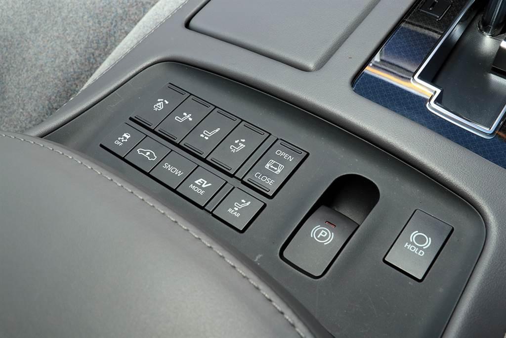 每個按鈕、旋鈕和開關雖然都看起來跟一般的Toyota差不多,但在手工打造的最高準則下,會有專人來測試這些組件的阻尼、感覺和質感,使司機每次按下按鈕或轉動轉盤都會感到滿意。