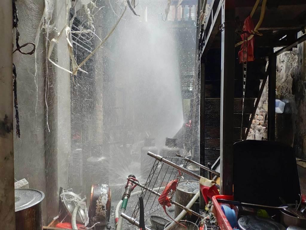 彰化鹿港中山路上的火鍋店爆出火警。(民眾提供/吳敏菁彰化傳真)
