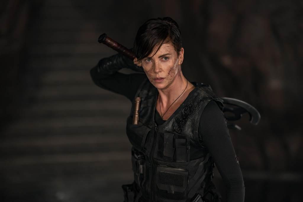 影后莎莉賽隆這次飾演戰鬥力超群的不死女殺手。(Netflix提供)