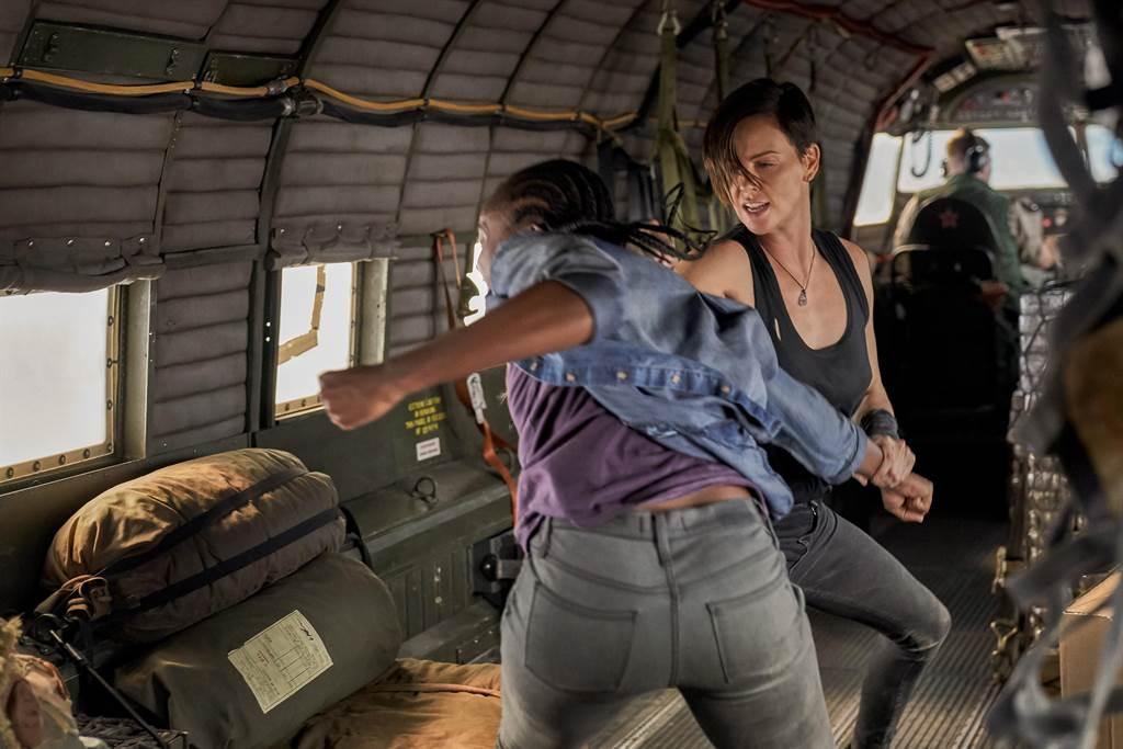 莎莉賽隆在片中有不少動作戲,也預先練習了各種武術。(Netflix提供)