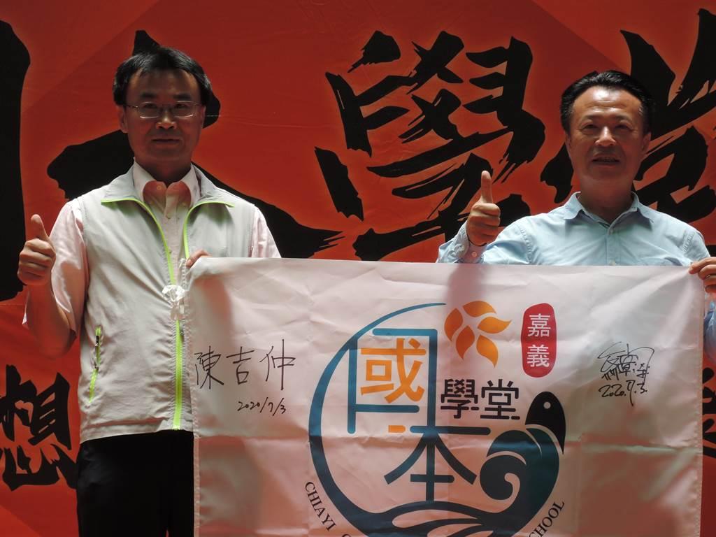 對於國本學堂的成立,陳吉仲(左)給予高度肯定。(張毓翎攝)