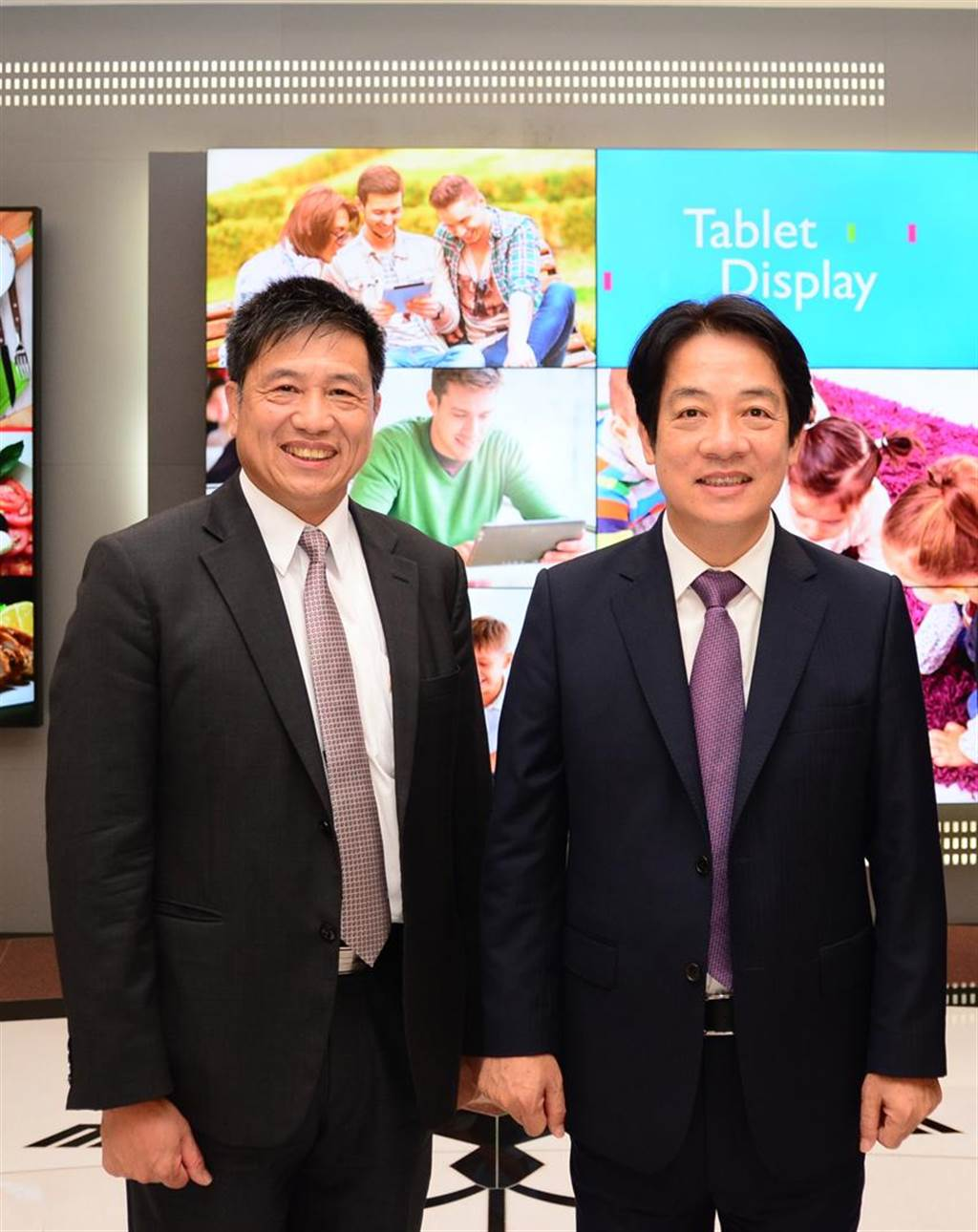 (副總統賴清德(右)參訪友達光電,與台北市電腦公會理事長暨友達光電彭双浪董事長(左)合影。圖/台北市電腦公會)