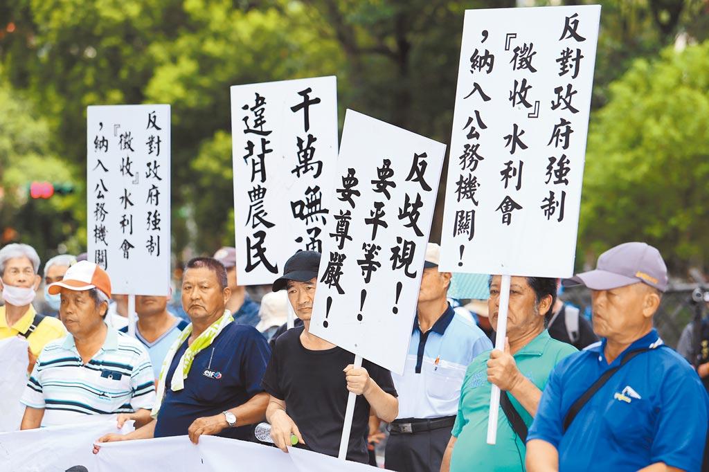 全國反消滅水利會自救總會昨日一早號召數百名農民在立法院外抗議,控訴政府奪財集權。(黃世麒攝)