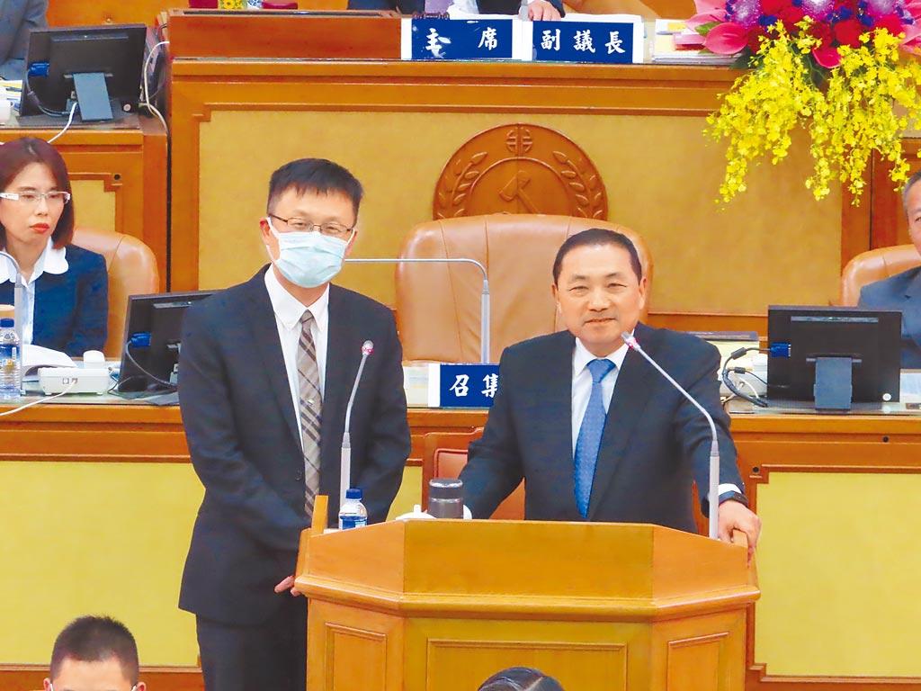 新北市長侯友宜(右)2日承諾,中央前瞻經費核定後,新北一定會在2022年前達到國中全面安裝冷氣。(葉德正攝)