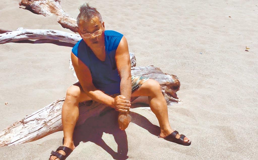 阿美族耆老蔡文勝透露,抹熱沙可減緩被水母螫傷的疼痛。(民眾提供/莊哲權台東傳真)