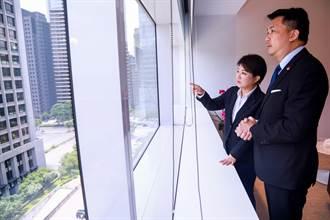 誰這麼有吸引力?讓盧秀燕與星國駐台代表站在窗邊欣賞