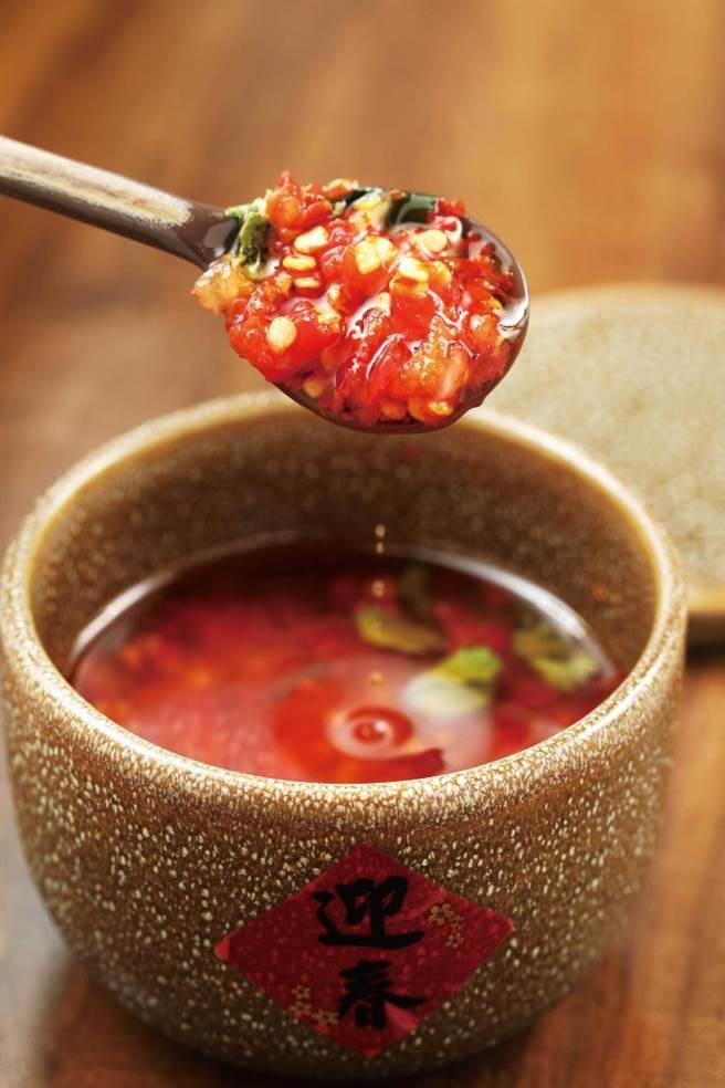 除了朝天椒、雞心椒外,自製辣油還加入了自家醃漬的蒜頭與獨門配方,香氣濃郁。(圖/于魯光攝)