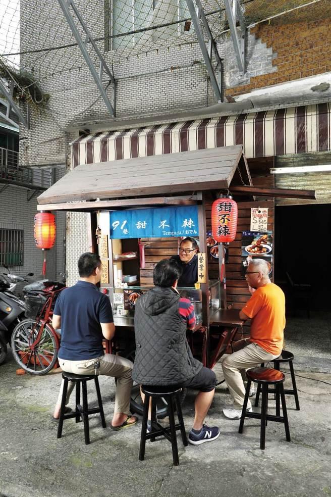 特別請老師傅用木料廢材打造的古樸攤車,讓「91巷甜不辣」充滿日式風情。(圖/于魯光攝)