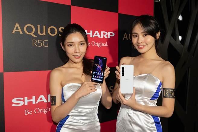 夏普在台灣推出第一款5G智慧機SHARP AQUOS R5G。(圖/王逸芯攝)