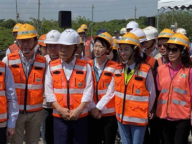 行政院長蘇貞昌(左二)今天針對東南衛視記者離境,表示「剛好而已」。(曹婷婷攝)