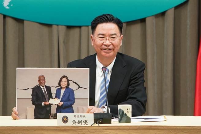 行政院核定駐索馬利蘭代表,圖為外交部長吳釗燮宣布互設代表處。(外交部提供)