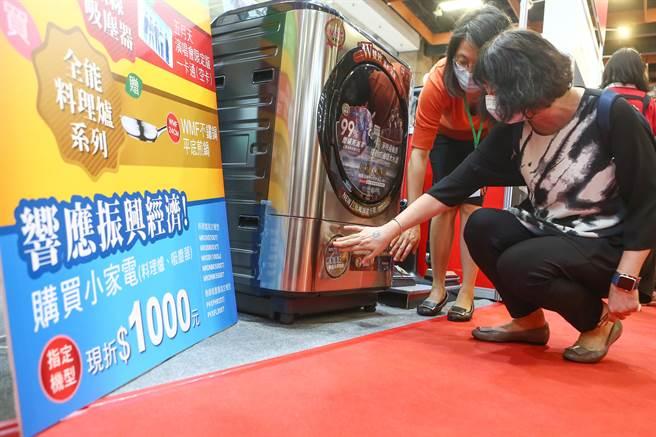 第30屆台北電器空調3C影音大展3日舉行,很多廠商也都推出各種加碼優惠,希望大家一起加強振興的力道,刺激消費。許多民眾一早即湧進展覽會場,運用振興券及業者加碼的方案消費。(鄧博仁攝)