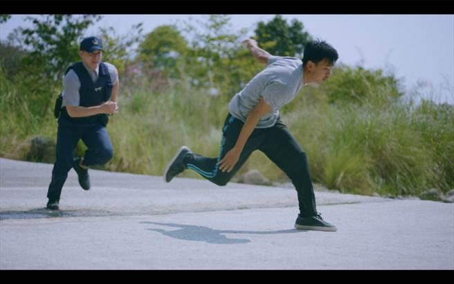 《無主之子》孫綻劇中飾演黑工,逃逸中遭警察開槍。(民視提供)
