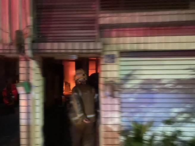 台南市鹽水區水秀里3日晚間傳出民宅火警,造成1死3傷。(台南市消防局提供/劉秀芬台南傳真)