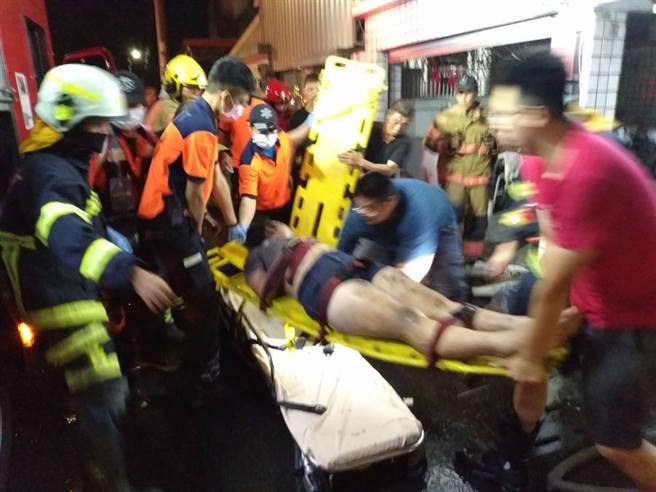 台南市鹽水區水秀里3日晚間傳出民宅火警,消防人緊急將傷者送醫。(台南市消防局提供/劉秀芬台南傳真)