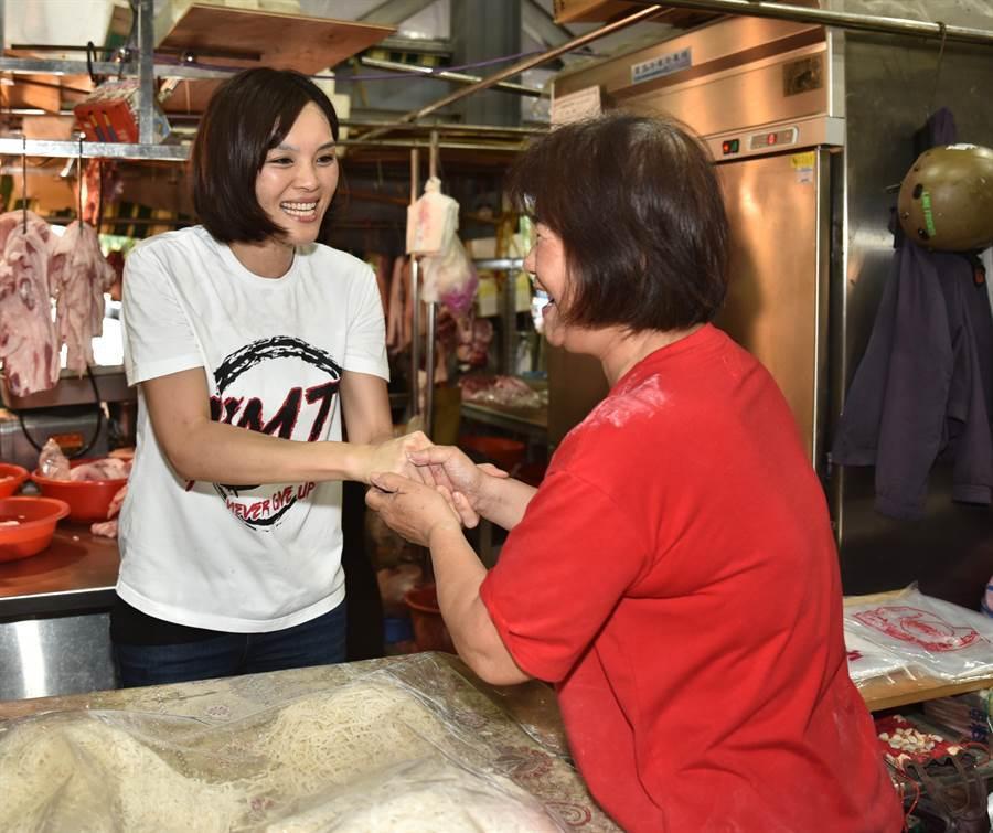 國民黨高市長補選參選人李眉蓁(左)1日上午到岡山區欣欣市場掃街拜票。(資料照,林瑞益攝)