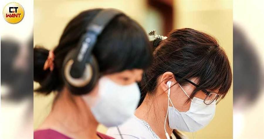 耳罩式、耳塞式或入耳式耳機各有優缺點,但同樣都會讓音量擴大。(圖/鄭清元攝)