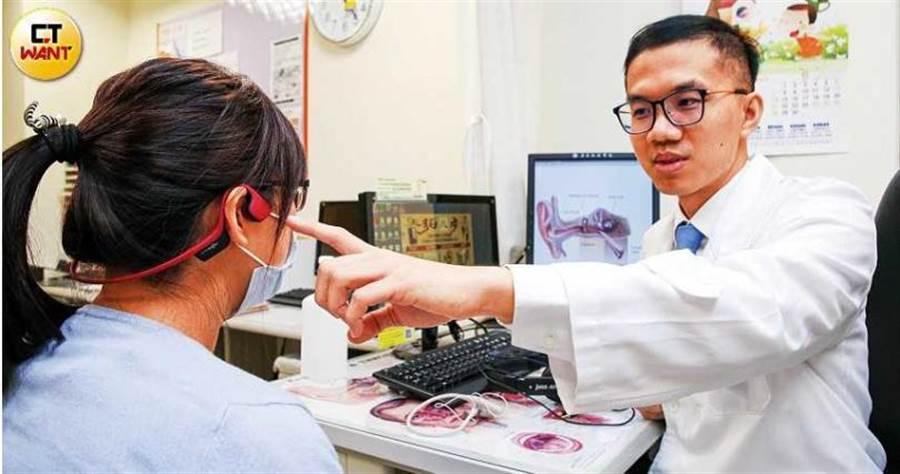 亞東醫院耳鼻喉科醫師吳伯軒表示,聽覺神經受損引起的耳鳴大多數是與心跳頻率不一的高頻聲音,建議趕緊就醫治療。(圖/鄭清元攝)