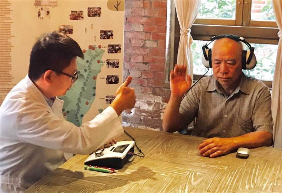 人們50歲後因生理機能退化,每年聽力會下降1至2分貝,應定期做聽力測試。(圖/華科慈善基金會提供)