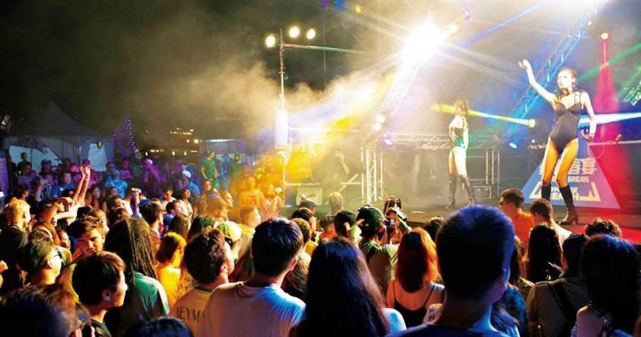 除了戴耳機,如果經常身處演唱會、派對這類嘈雜環境,也容易傷害絨毛細胞及聽覺神經。(圖/報系資料照)