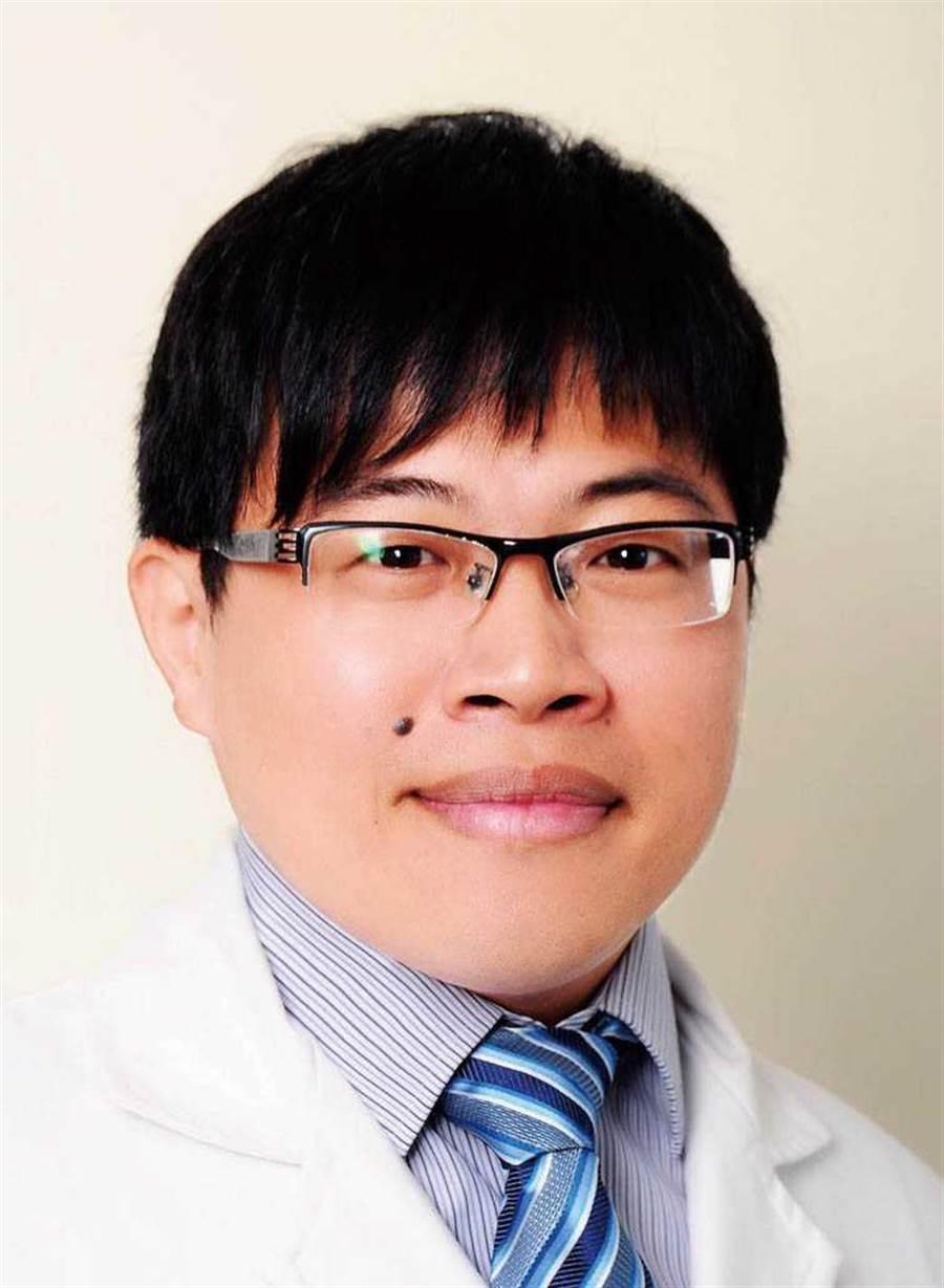 聽力障礙的年齡層逐漸下降,雙和耳鼻喉科醫師陳伯岳提醒,若加上年老退化等因素,就會讓聽力更加惡化。(圖/讀者提供)