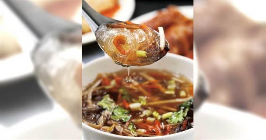 料多豐富的「八寶冬粉」,能吃到蝦米的鹹、魷魚的Q與筍絲的甜。(35元)(圖/于魯光攝)