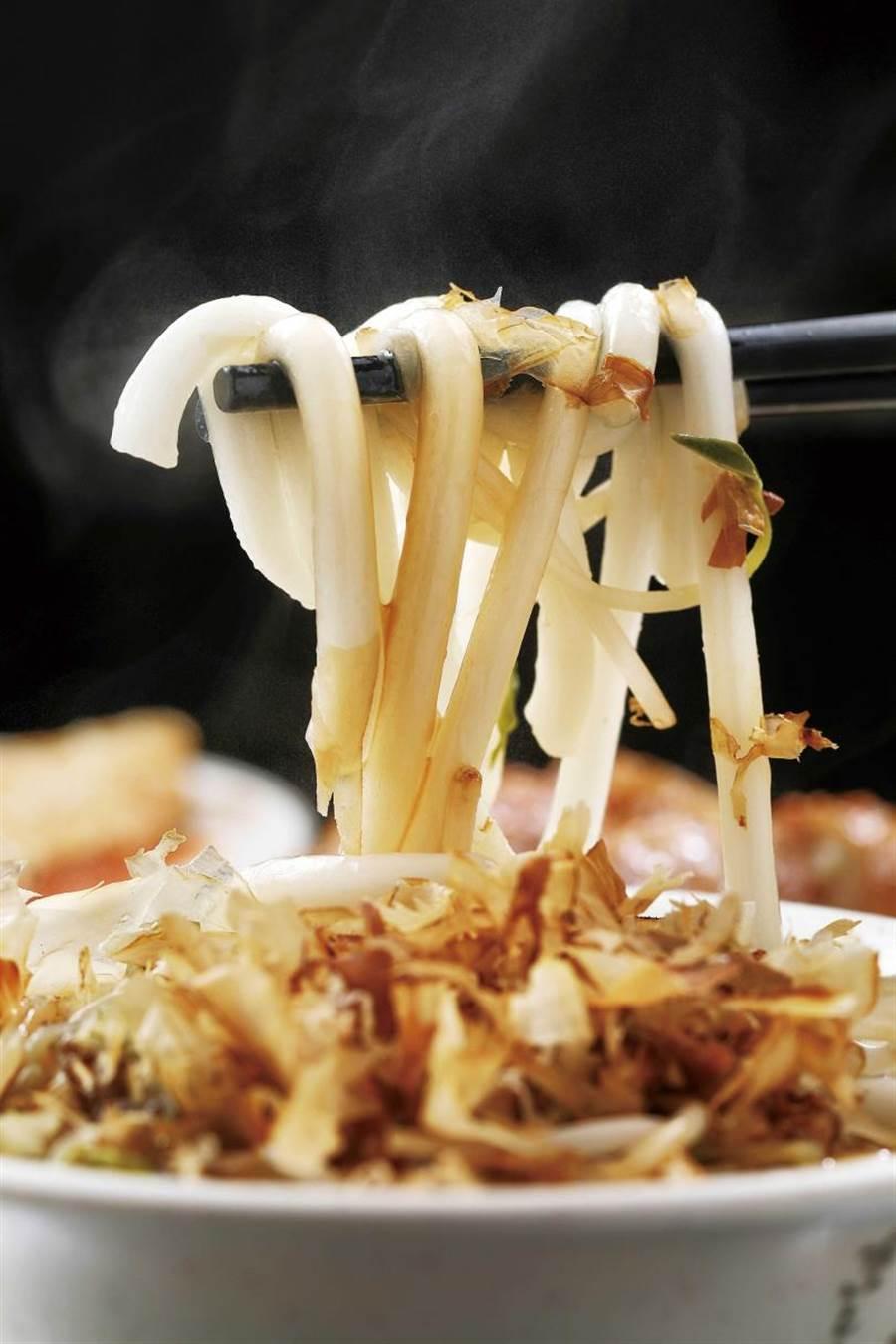 承襲自萬華早期小吃攤「阿英小吃」的「乾米苔目」,能嘗到單純的咕溜好滋味。(30元)(圖/于魯光攝)