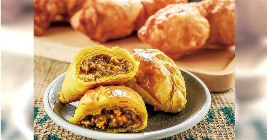 「咖哩餃」,內餡溼潤夠味,讓人一吃驚豔。(45元/個)(圖/張祐銘攝)