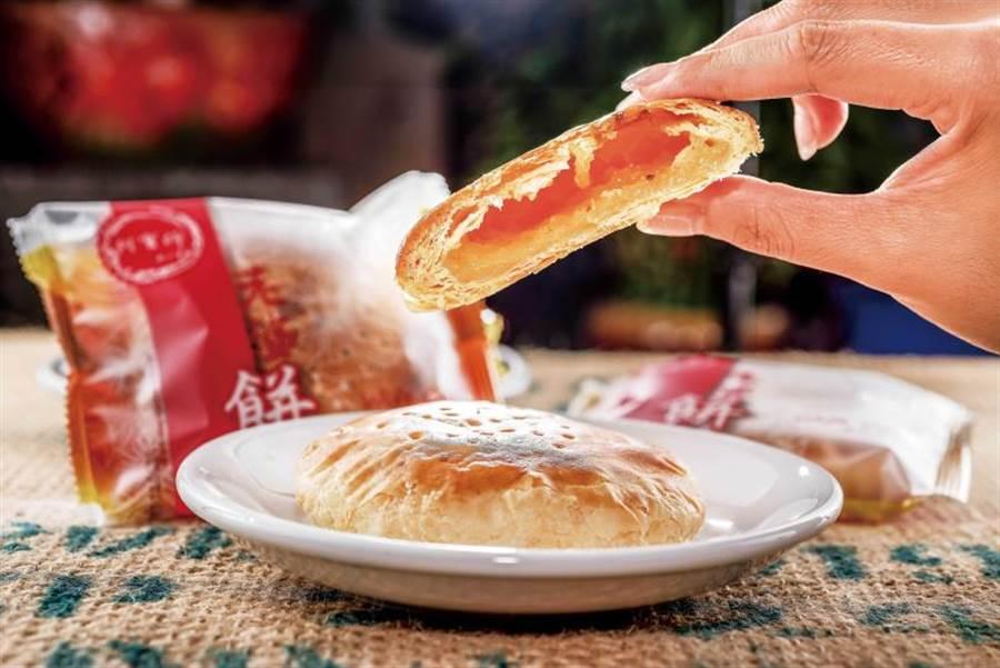 和印象中的「老婆餅」不同,外皮不但層次豐富,且口感超酥脆。(28元/個)(圖/張祐銘攝)