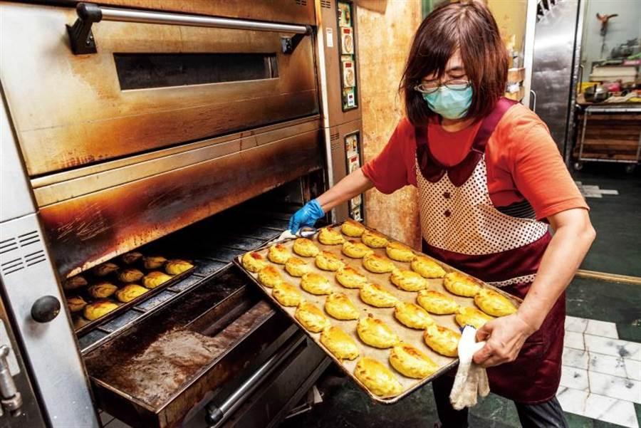 幾乎整天都在出爐的咖哩餃,新鮮度一等一。(圖/張祐銘攝)