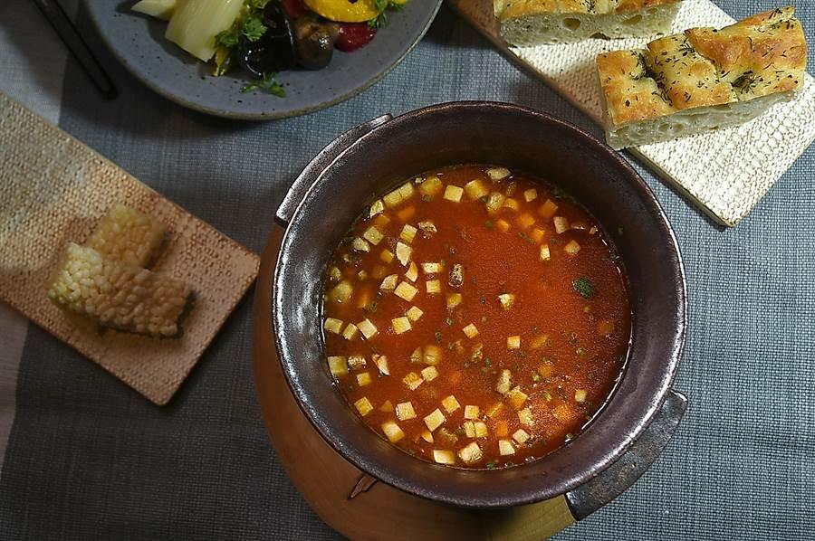 〈The One〉的湯料理套餐,會搭配沙拉、不同的麵包,以及甜點呈現,圖為〈火燒蝦膏泔濃湯〉。(圖/姚舜)