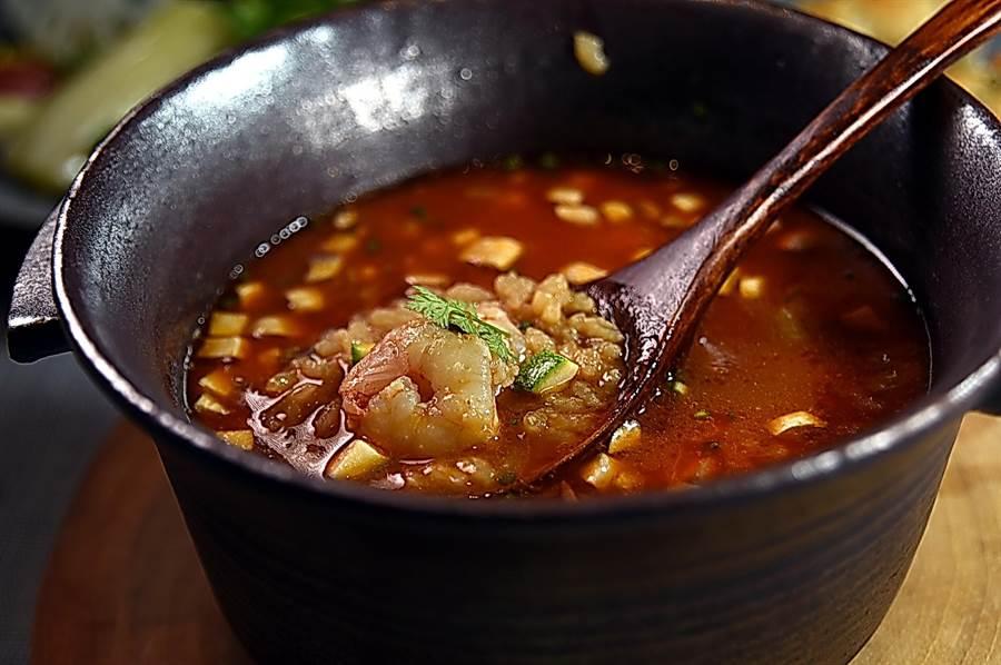 〈火燒蝦膏泔濃湯〉是採西式熬煮龍蝦湯作法,將生成在海中的野生火燒蝦帶殼炒成蝦醬,再與大量蔬菜熬成濃湯,湯內還加了米飯,類似台南的〈蝦仁飯〉。(圖/姚舜)