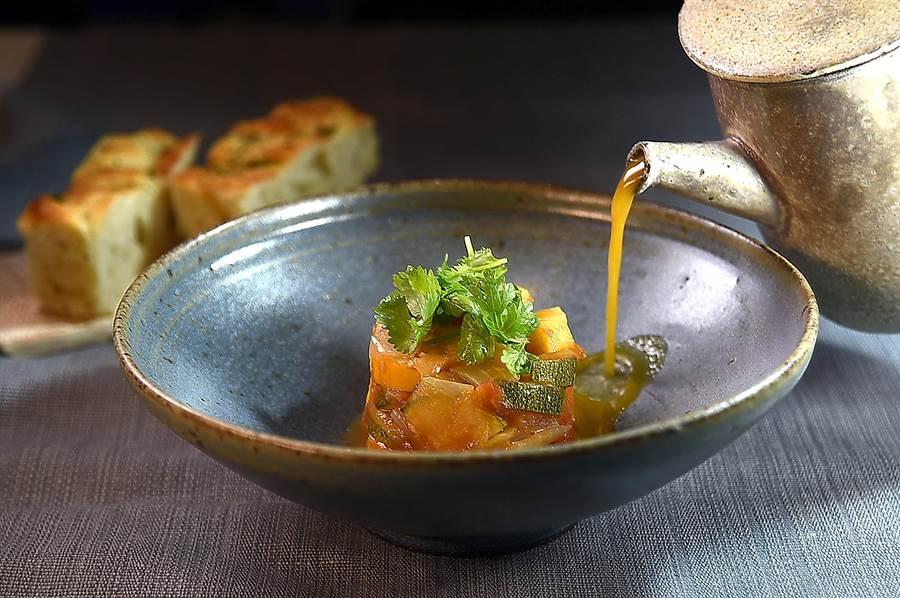 靈感來自日本「湯咖哩」的〈蘋果香蕉蔬菜湯咖哩〉,除了用洋蔥、胡蘿蔔與西芹等大量蔬菜和熬煮咖哩,湯內還加了少許薑黃。(圖/姚舜)