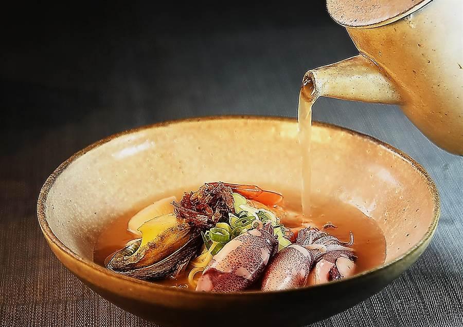 澎湃海鮮麵湯〉的湯頭,是用國宴指定使用的老母雞與大量蔬菜熬製,上桌前海鮮料上並加了一把油蔥酥,鮮甘的海味中還多了一點「台味」。(圖/姚舜)