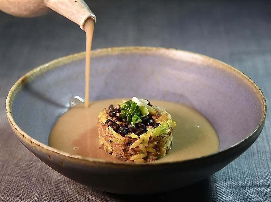 「樹豆」是原住民過去主食,阿美族取之與豬肉一起熬煮以增加體力,所以又稱「勇士湯」,〈The One〉的廚藝團隊據此研發出〈樹豆豬腳濃湯佐米型麵〉。(圖/姚舜)