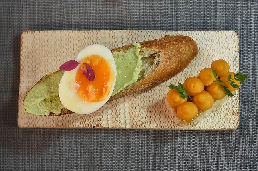 〈The One〉的湯料理套餐,分別配有不同的麵馬包佐餐,圖左法國麵包?的是豆泥醬,圖右米餅上是地瓜醬。(圖/姚舜)