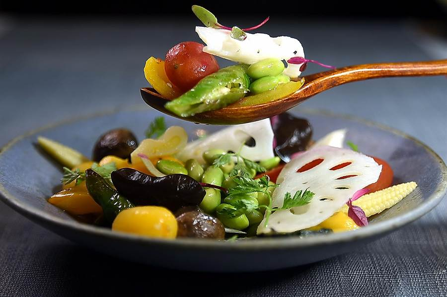 〈The One〉的湯料理套餐中的〈食蔬溫沙拉〉,用了10多種蔬菜、用料非常豐富且健康。(圖/姚舜)