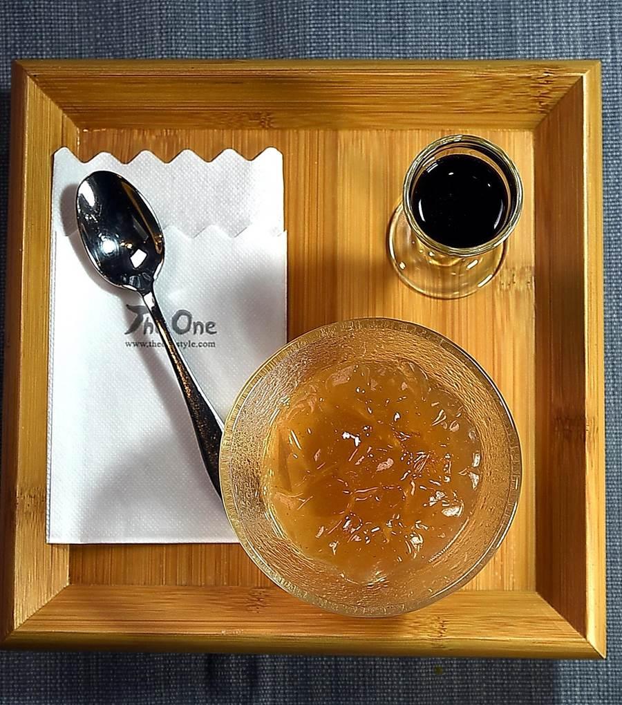 〈The One〉湯料理套餐所附手做甜點〈愛玉佐老梅醬〉,是用台東愛玉籽手工搓洗製作,並搭配用10年熟成的巴薩米哥醋與老梅汁調製的醬汁提味。(圖/姚舜)
