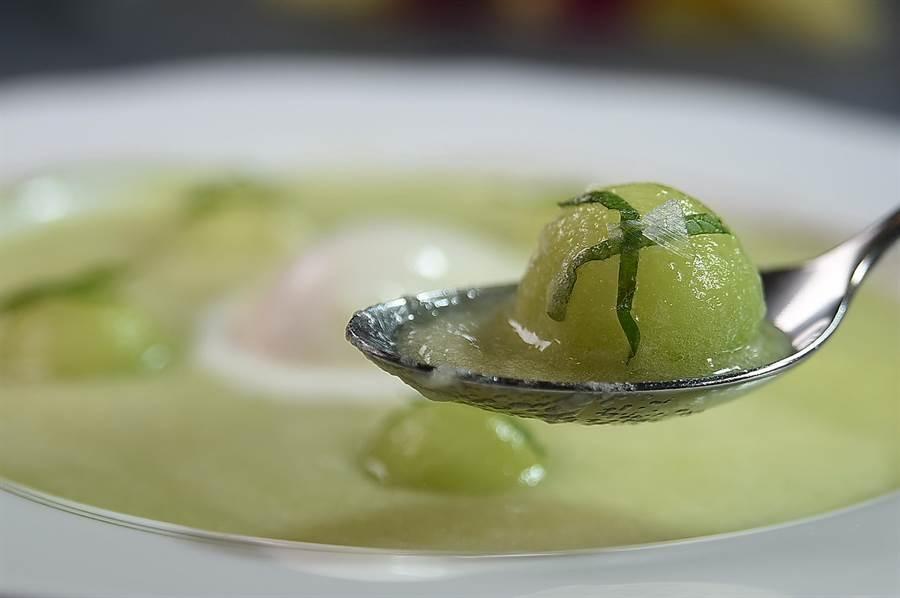 〈阿露絲哈蜜瓜甜湯〉是用每顆要價上千元的日系品種哈蜜瓜製作,果球上還有台東永福社區產的鹽之花。(圖/姚舜)