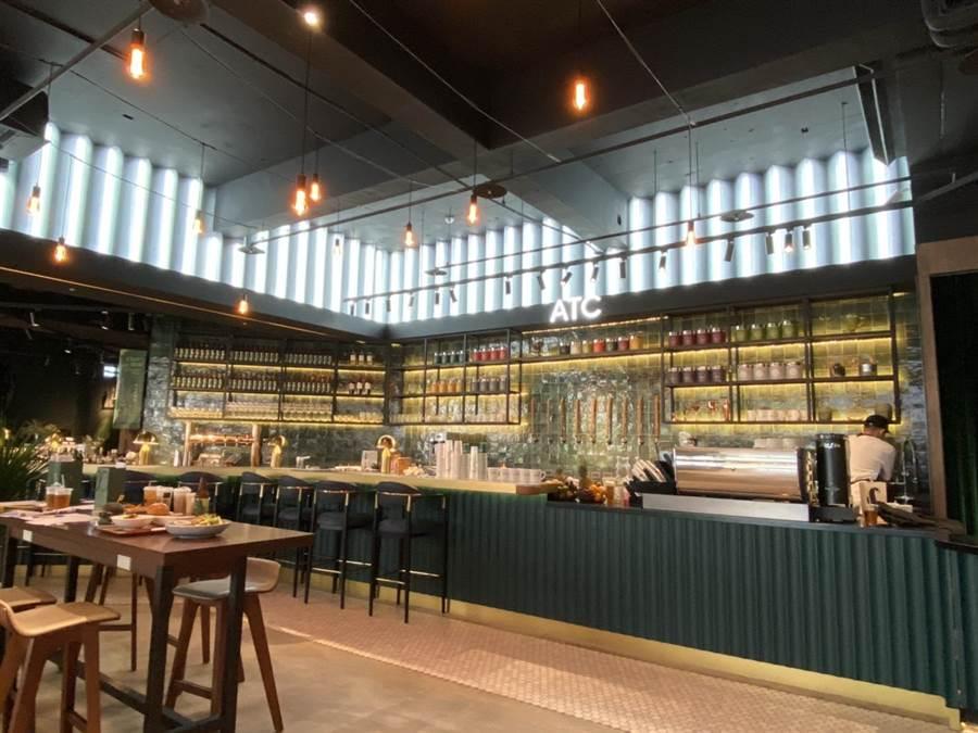 「ATC茶飲俱樂部」打造新型態茶飲空間,店內寬敞明亮,以茶吧、沙發區分離不同座位區,形塑一處充滿活力、動能、自由的飲茶場域。 (馮惠宜攝)