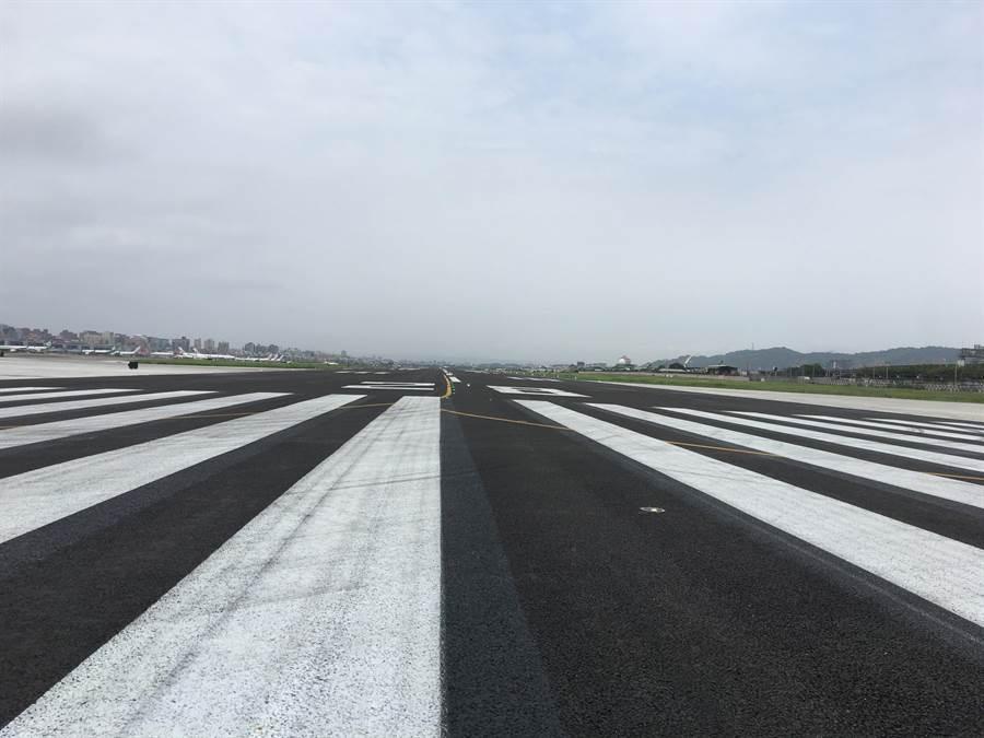 民航局公告指出,日前某國籍航空A330降落時遇電腦系統失效,差點衝出跑道。(陳祐誠攝)